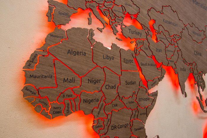 Карта мира из шпона Файн-Лайн Орех 021СМ с гравировкой и с подсветкой