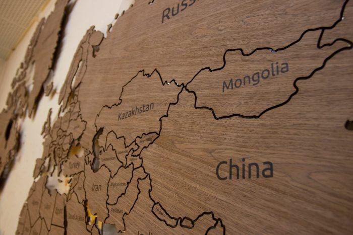 Настенная деревянная карта мира из шпона Файн-Лайн Орех 021СМ с гравировкой