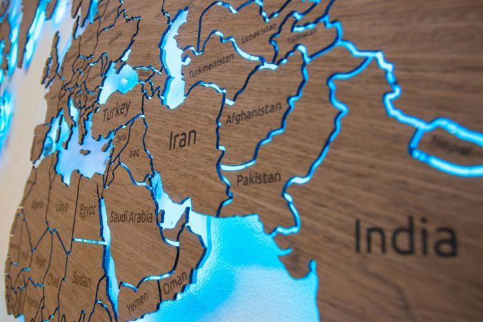 Деревянная карта мира из шпона Файн-Лайн Орех 021СМ с гравировкой