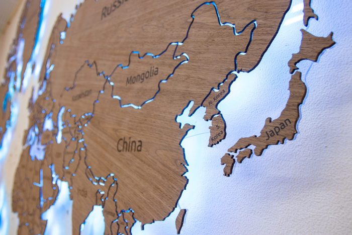Настенная карта мира из шпона Файн-Лайн Орех 021СМ с подсветкой