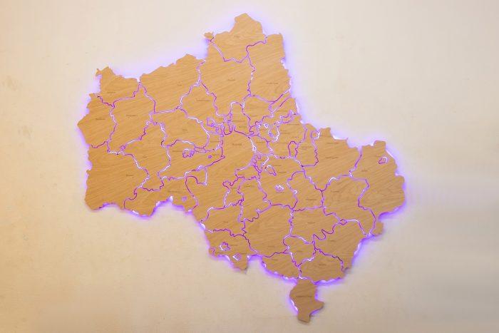 Настенная деревянная карта Московской области из шпона Файн-Лайн Дуб605CM с гравировкой и многоцветной подсветкой