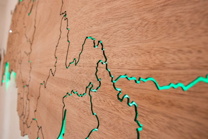 Настенная карта России из дерева из натурального шпона Сапеле с подсветкой и гравировкой