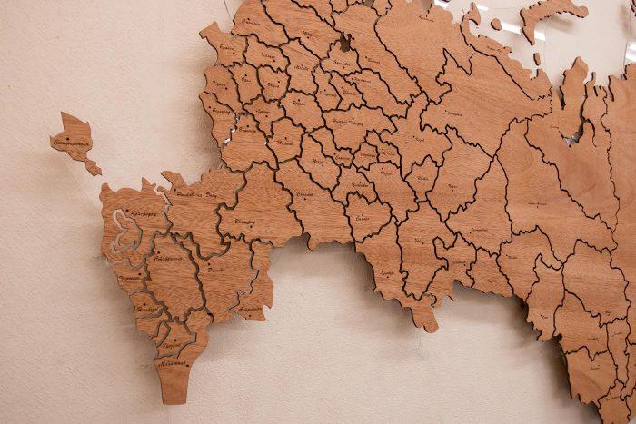 Настенная деревянная карта России из натурального шпона Сапеле с гравировкой