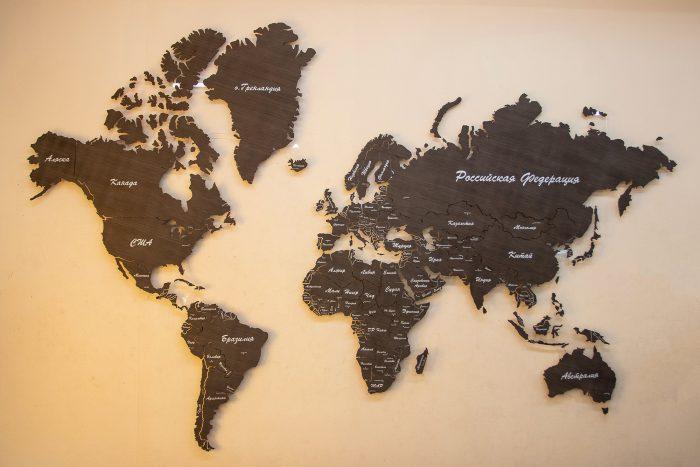 Настенная деревянная карта мира из шпона Файн-Лайн Эбен 069SM с УФ-печатью стран и столиц и с полным зазором