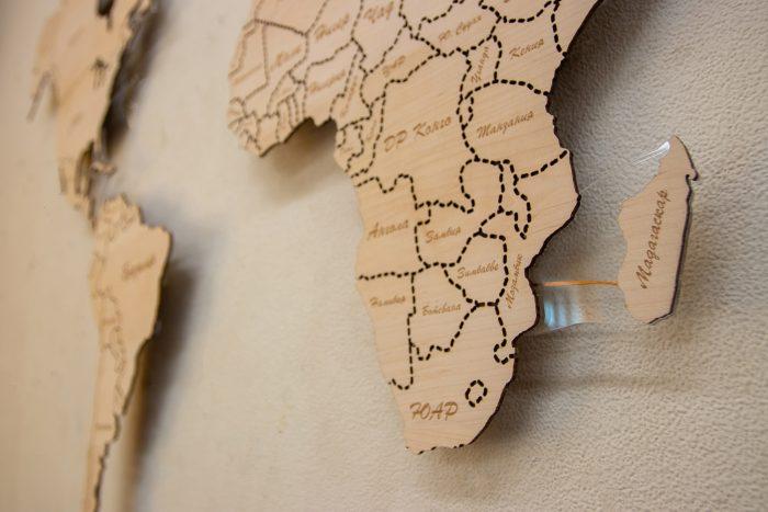 Настенная карта мира из дерева из натурального шпона Ольха со штриховым зазором