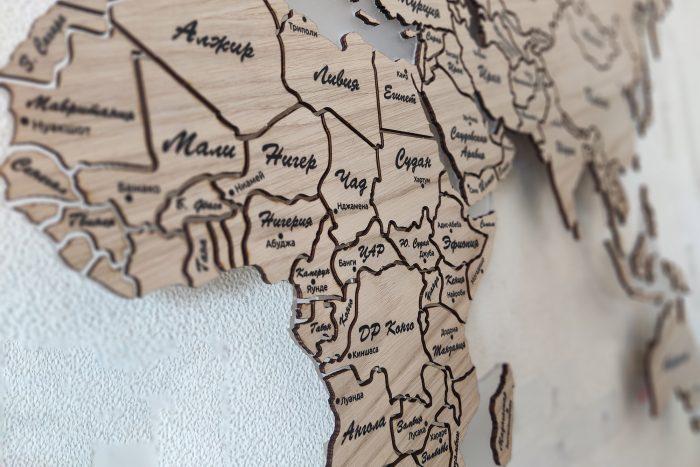 Карта мира на стену из натурального шпона Дуб белый с полным зазором, с гравировкой стран и столиц